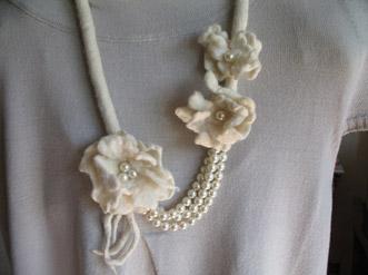 Collana fiori in feltro e perle